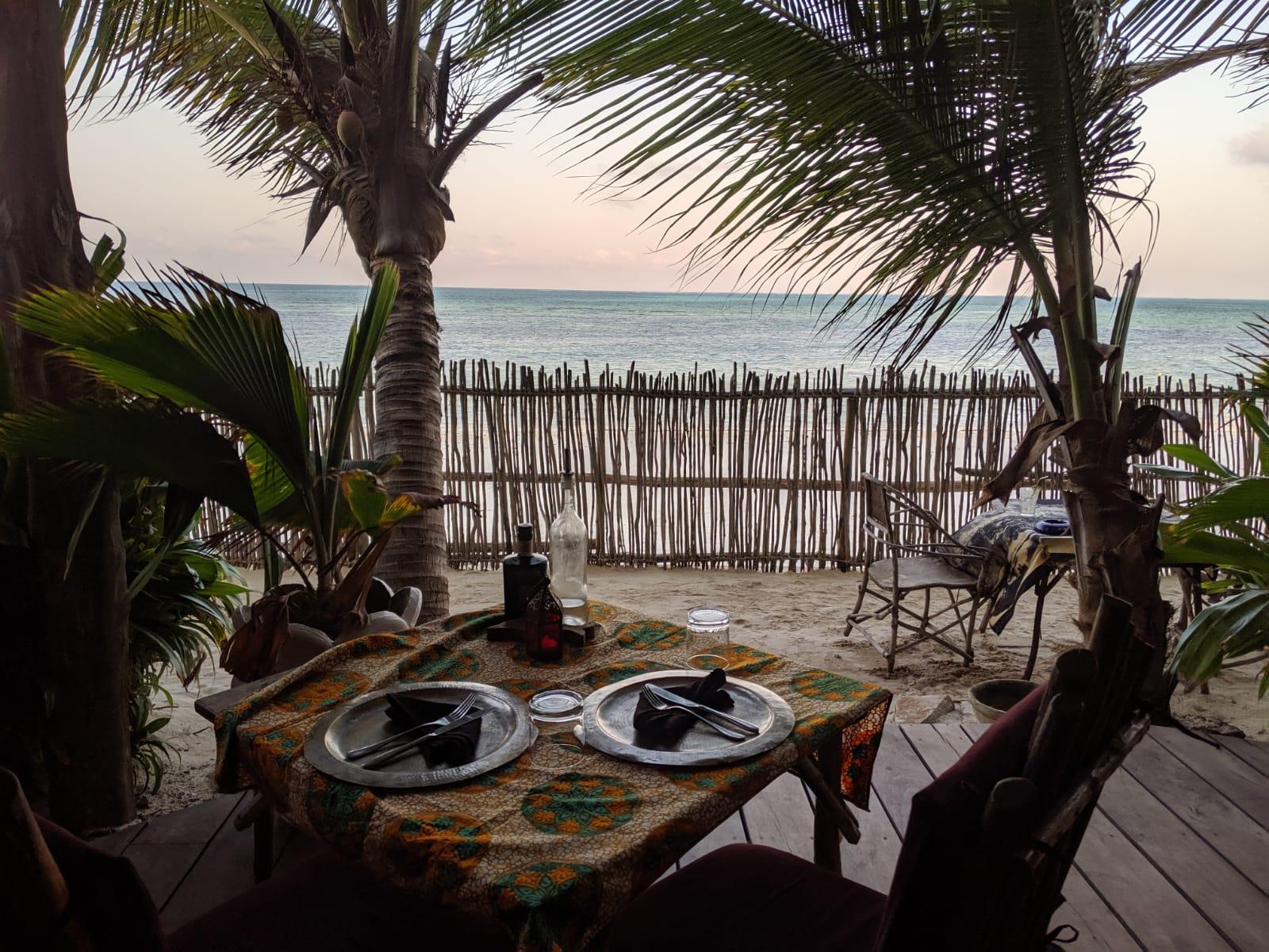 Restaurant with sea view at Mamamapambo Hotel